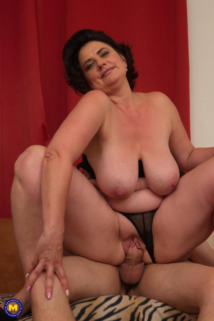 [Mature.porn] Alenia (47) [curvy housewife Alenia doing her toyboy] [FullHD]