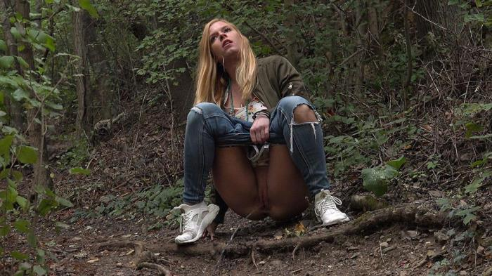 Chrissy Fox [Chrissy Relieves Herself Oct 29, 2018] [HD] Got2pee - Peeing outdoors and in public caught on camera - Peeing outdoors and in public caught on camera